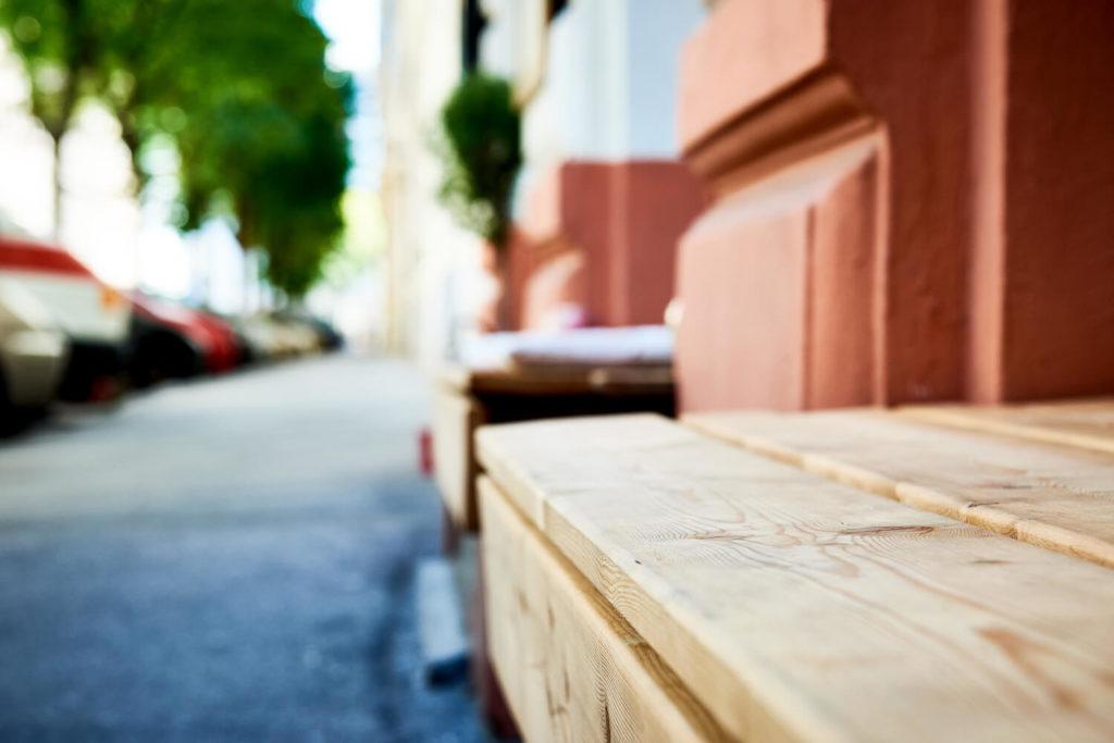 Holzbank vor einem Lokal