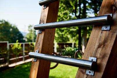 Metallsprossen an einem Baumhaus