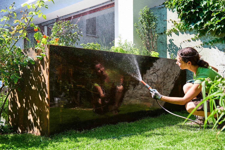 Bewässerung eines Hochbeets im Rahmen der Gartenpflege