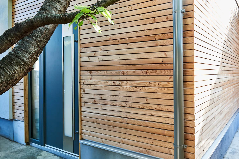 Gartenhaus mit einer Fassade aus Holz