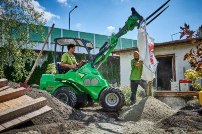 Arbeitsgerät im Gartenbau und Mitarbeiter