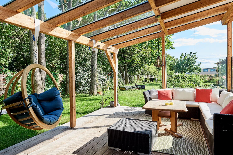 Holzterrasse mit Schaukel und Sitzecke