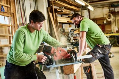 Arbeiten in der Werkstatt bei TulpenBaum mit Holz