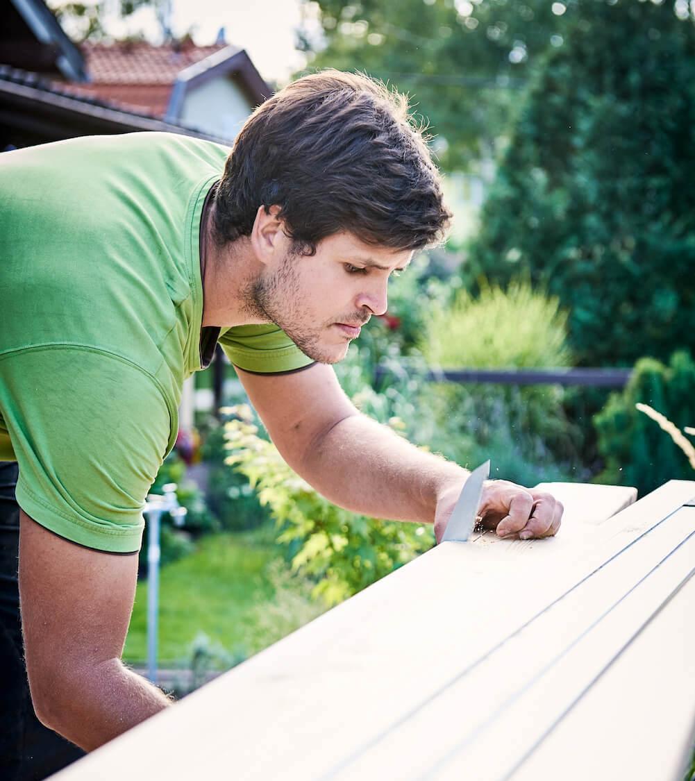 Holzbaumeister Gregor bei der Arbeit